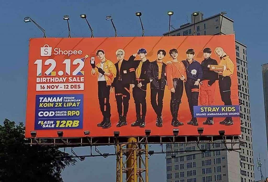 Shopee Werbebanner mit koreanischer Boygroup - Indonesien